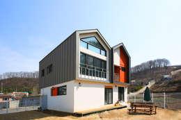 경북 경산 쌍둥이 박공지붕 이층집: 한글주택(주)의  주택