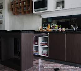 Multifunctional Modern Kitchen for Royal Mediterania Garden Residences Apartment: modern Kitchen by Flux Interior