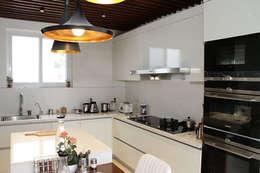 Residential Vila SK Whitefield | Bangalore | India: Cocinas de estilo moderno de Studioapart