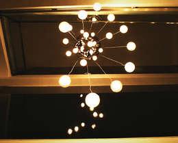 Lámpara en Vila SS Whitefield | Bangalore | India: Pasillos y vestíbulos de estilo  de Studioapart