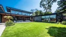 Jardín principal: Jardines de estilo moderno por ARQUITECTUM