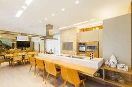 RESIDÊNCIA RKM - INTERIORES: Cozinhas modernas por Melo Mesquita Arquitetura