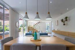 Comedor Casa Mediterránea: Comedores de estilo moderno por Adrede Diseño
