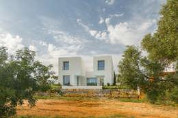 Entre dois Muros Brancos: Habitações  por Corpo Atelier