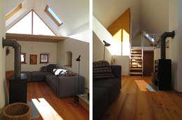 Um- & Zubau Bergtischler: moderne Wohnzimmer von illichmann-architecture