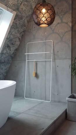 Prive badkamer op zolder/ slaapkamer: industriële Badkamer door ConcreetDesign BV