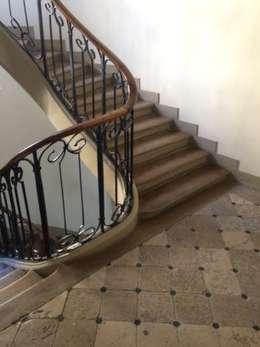 Saint Paul - Escalier: Couloir et hall d'entrée de style  par Atelier d'architecture ASTA