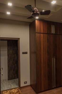 Rishi Villa - Pune: modern Dressing room by Aesthetica