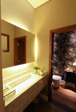 Baños de estilo moderno por Pavesi Arquitetura