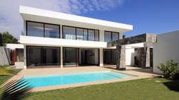 Condominio Huinganal: Piscinas de estilo  por Carvallo & Asociados Arquitectos