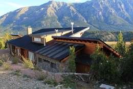 Implantacion: Casas de estilo rústico por Knudsen Taddeo Arquitectura