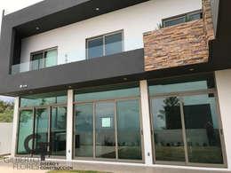 Fachada Lateral: Casas de estilo moderno por GF ARQUITECTOS