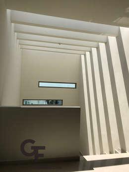 Cielo Escalera: Pasillos y recibidores de estilo  por GF ARQUITECTOS