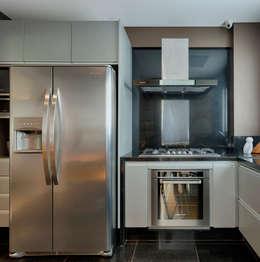 modern Kitchen by Escritório Fabíola Constantino