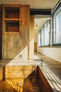 Mr.Park APT - 아파트 인테리어: 므나 디자인 스튜디오의  거실