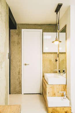 Mr.Park APT - 아파트 인테리어: 므나 디자인 스튜디오의  화장실
