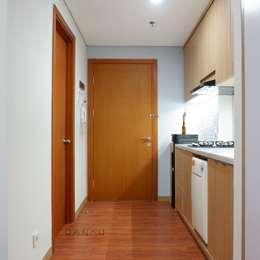 Studio Apartment - Woodland Park Kalibata:  Koridor dan lorong by RANAH
