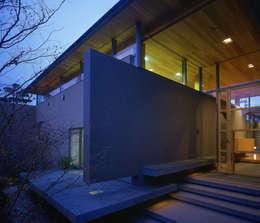 東谷山の住宅: アトリエ環 建築設計事務所が手掛けた玄関・廊下・階段です。