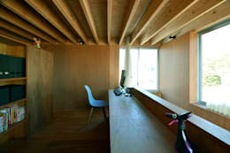 Estudios y oficinas de estilo moderno por 神永設計
