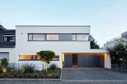 Straßenansicht: moderne Häuser von Falke Architekten