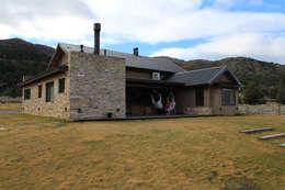 Fondo: Casas de estilo rústico por Knudsen Taddeo Arquitectura