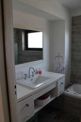 Baño : Baños de estilo rústico por Knudsen Taddeo Arquitectura