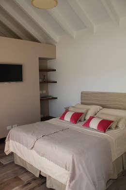 Dormitorio huespedes: Dormitorios de estilo rústico por Knudsen Taddeo Arquitectura
