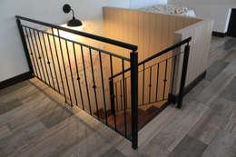 Escalera entrepiso: Pasillos y recibidores de estilo  por Knudsen Taddeo Arquitectura