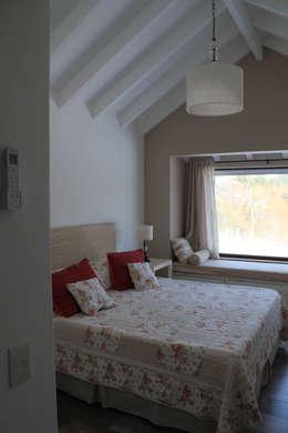 Suite principal: Dormitorios de estilo rústico por Knudsen Taddeo Arquitectura