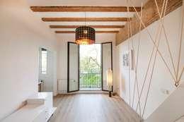 Salas de estilo minimalista por Silvia R. Mallafré