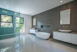 Master bathroom.: modern Bathroom by Architectural Hub