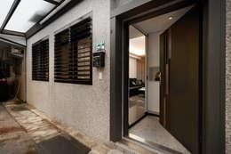 透過傳統抿石的自然紋理與格柵防盜窗形塑日式簡約的外在形象:  房子 by 弘悅國際室內裝修有限公司
