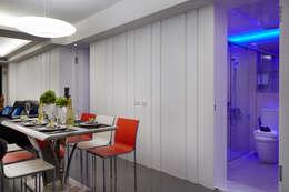 再不規律的線條背後隱藏起的是全家的衛生間,因為空間的關係,在用餐的時候能把衛生間隱藏起來:  餐廳 by 弘悅國際室內裝修有限公司