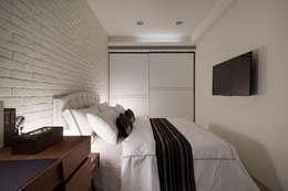 在光線的襯托之下,透過材質、紋理、色調的變化形成舒適的休憩場域:  臥室 by 弘悅國際室內裝修有限公司