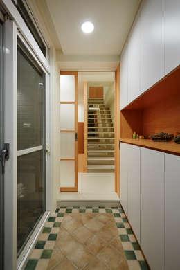 多一個拉門多一個緩衝空間,屋主是熱情的人,鄰居也喜歡聊天,拉上拉門不再一覽無遺,確保其他家人的隱私:  走廊 & 玄關 by 弘悅國際室內裝修有限公司