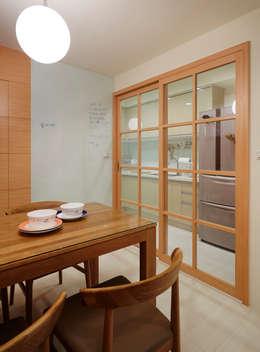 Projekty,  Kuchnia zaprojektowane przez 弘悅國際室內裝修有限公司