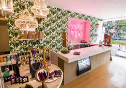 Vista interior: Oficinas y tiendas de estilo  por deFORMA estudio creativo