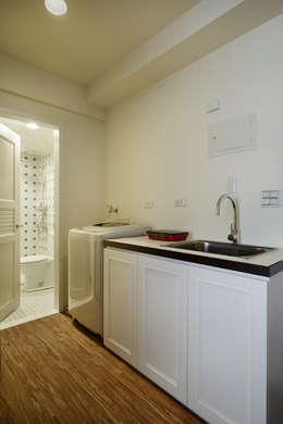 洗衣機與廚房很有日式的感覺,牆面留白增加日後變動的機動性:  廚房 by 弘悅國際室內裝修有限公司