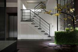 樓梯間的燈光設計提供了照明也豐富了視覺效果:  影音室 by 夏川空間設計工作室