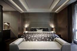 主臥強調燈光的溫和以及沒有壓迫感的舒適休息空間:  臥室 by 夏川空間設計工作室