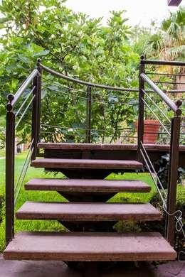 Escalera metálica y cantera: Jardines de estilo moderno por Arq. Beatriz Gómez G.