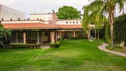 Fachada Californiana: Jardines de estilo moderno por Arq. Beatriz Gómez G.