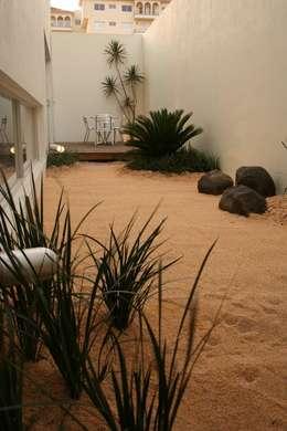 JARDÍN Casa F: Jardines de estilo minimalista por Micheas Arquitectos