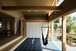 天理の家: 小笠原建築研究室が手掛けた廊下 & 玄関です。