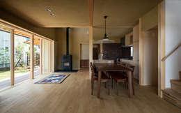 天理の家: 小笠原建築研究室が手掛けたリビングです。