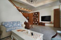裝載著家人的夢想,大面積的展示空間隨處是可愛溫馨的小物件:  客廳 by 弘悅國際室內裝修有限公司
