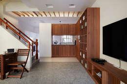 或許開放的大空間是好,但是用餐區能夠區隔起來更是讓人愉快:  廚房 by 弘悅國際室內裝修有限公司