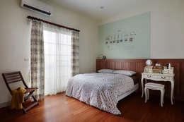 簡單的床板與床頭的顏色營造輕鬆的休憩氛圍,溫暖、簡單而又輕鬆寫意:  臥室 by 弘悅國際室內裝修有限公司