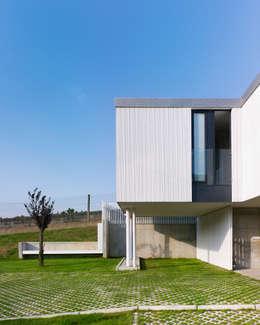 Casas de estilo moderno por ADDOMO