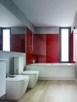 Baños de estilo moderno por ADDOMO
